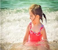 كيفية حماية شعر طفلك من التلف اثناء تواجده فى حمام السباحة او البحر