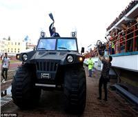 صور| مارادونا يستقل سيارة «جيب» ضخمة لوظيفته الجديدة