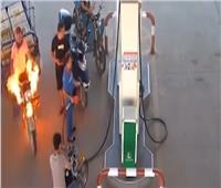 شاهد| شجاعة فتاة في التعامل مع «حريق» داخل محطة بنزين