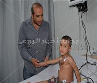 صور| بوابة أخبار اليوم مع «طفل ميت غمر المعذب» في المستشفى