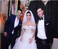 فيديو| تامر حسني يُغني للإعلامية «فرح» في زفافها