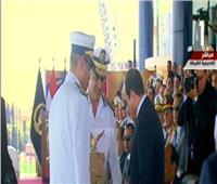 رئيس أكاديمية الشرطة يهدى «الرئيس» درعاً فى حفل تخرج دفعة جديدة