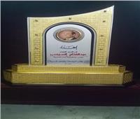 درع صنع في «سك العملة».. هدية خريجي الكليات العسكرية للرئيس