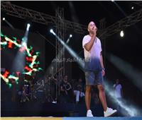 فيديو وصور| العسيلي يظهر بـ«الشورت» في انطلاقة حفلات «بورتو مارينا»