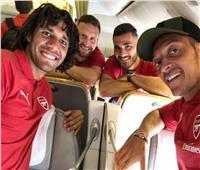 صور| محمد النني يطير إلى سنغافورة مع لاعبي الأرسنال