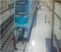 فيديو| المشاهد الأولى لواقعة انتحار شاب بمحطة مترو المرج