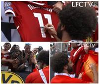 فيديو| جماهير «ليفربول» تتسابق في الحصول على توقيع محمد صلاح