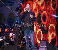 صور| الأردني زياد صالح يُغني «ألعب يلا» في طابا