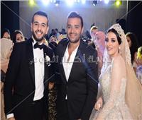 صور| رامي صبري يُزين زفاف «علاء ومنة»