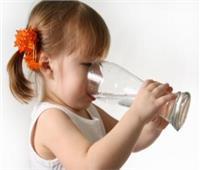 تعرفي على أسباب كثرة شرب الماء عند الأطفال