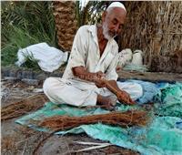 صور| وسط مخاوف من الاندثار.. حكاية الحاج عبد الله مع صناعة الخوص بسيوة