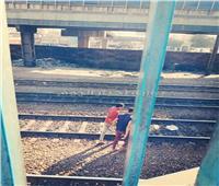 لقطة اليوم| «ورود تحتضن النار».. شباب في «سباق الموت» مع مترو الأنفاق