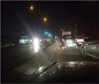 انقلاب سيارة نقل محملة بالزلط أعلى الطريق الدائري بالرماية