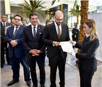 وزيرة الاستثمار تسلم أوراق تأسيس أول شركة بنظام «الشخص الواحد»