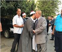 محافظ الاسماعيلية يؤدى صلاه عيد الأضحى.. ويحتفل مع المواطنين