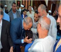 محافظ القليوبيةيقبل رؤوس الأطفال عقب صلاة عيد الأضحى