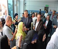 بالصور.. رئيس مصر للطيران و القابضة للمطارات يستقبلون الحجاج بالورود