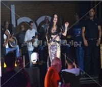 صور| دينا تتألق على أغاني عمرو دياب في «الساحل»