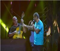 صور| محمد لطفي عازف «جيتار» لعمرو دياب على أغنية «نور العين»