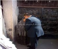 في لفتة إنسانية.. محافظ الفيوم يقبل رأس مسنة ويستمع لشكواها