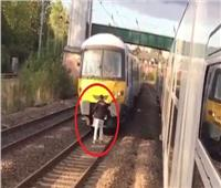 لقطة اليوم| «لعبة الموت».. مراهق يقف أمام القطار (فيديو)