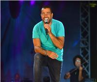عمرو دياب يزف الفائز بمسابقة ألبومه الجديد