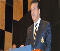 وزير التعليم العالي يبدأ العام الدراسي بتحية العلم في جامعة «عين شمس»
