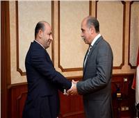 وزير الطيران يكرم موظف في مطار القاهرة لأمانته