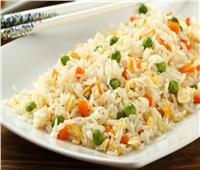 طبق اليوم .. «أرز بالبسلة والجزر ومكعبات دجاج بصوص الليمون»