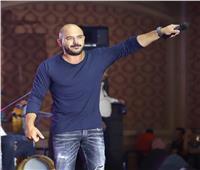 محمود العسيلي يحتفل مع خريجي «آداب الإسكندرية»