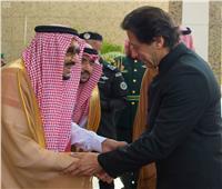 خادم الحرمين يبحث مع رئيس وزراء باكستان تعزيز علاقات البلدين