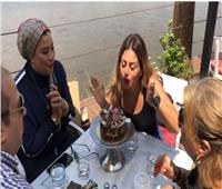 فيديو| أصدقاء منة فضالي يحتفلون بعيد ميلادها