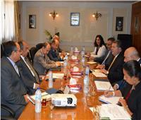 وزير قطاع الأعمال يبحث مع وزيري الصناعة والزراعة تطوير صناعة الغزل
