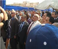 صور| رئيس جامعة عين شمس يحيي العلم مع طلاب التربية العسكرية