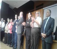 صور| جولة تفقدية لرئيس جامعة عين شمس بمدرجات «تجارة»