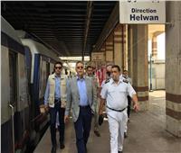 «وزير النقل» يقف في شباك تذاكر المترو| صور