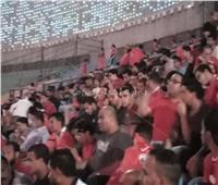 الجماهير تشجع لاعبي الأهلي قبل بداية المباراة
