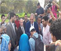 صور| لليوم الثاني على التوالي.. رئيس جامعة الأزهر يستقبل الطلاب بالهدايا