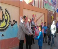 صور  مدارس دمياط تستقبل الطلاب بالأعلام والشيكولاتة