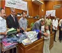 محافظ أسيوط يوزع 500 شنطة مدرسية و200 شهادة أمان على الأسر الفقيرة