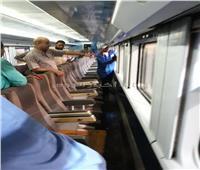 مكافآت مالية من «السكة الحديد» لعمال النظافة بالقطارات