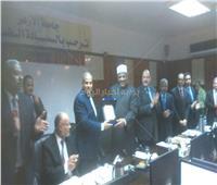 صور| مجلس جامعة الأزهر يكرم عباس شومان