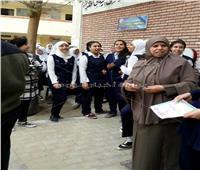 «المكياج» محظور بإحدى مدارس أسيوط.. والمديرة تفتش وجوه الطالبات