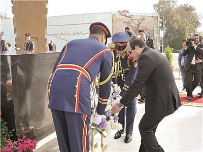 السيسي يضع إكليلا من الزهور على النصب التذكاري بمناسبة 6 أكتوبر