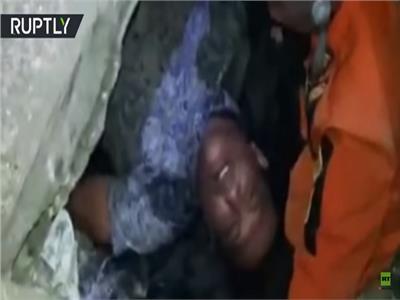 فيديو| بعد 4 أيام تحت الأنقاض.. انتشال رجل «حيًا» في إندونيسيا