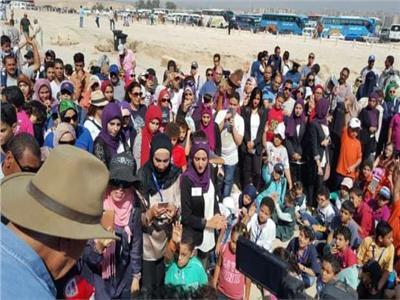 زاهي حواس يلتقي أكثر من 500 طفل أمام الأهرامات