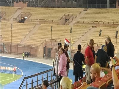 العامري فاروق يتابع مباراة الأهلي والاتحاد من المقصورة