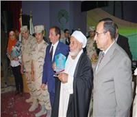 محافظ شمال سيناء يكرم أول بطل رفع علم مصر على أرض سيناء