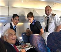 مضيفات مصر للطيران يحتفلن بعيد ميلاد راكب مصري