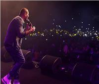 فيديو وصور| عمرو دياب يضيء سماء «جامعة مصر الدولية» بأغاني «كل حياتي»